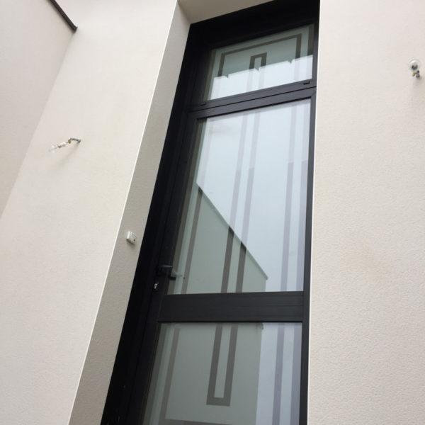 grande porte d'entrée d'une résidence